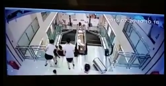 Dos mujeres intentan rescatar a una mujer. (Foto Prensa Libre: YouTube)