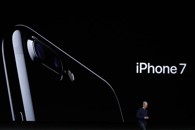 Tim Cook presenta el nuevo iPhone 7, cuyo diseño no cambia mucho respecto del 6s. (Foto Prensa Libre: Getty).