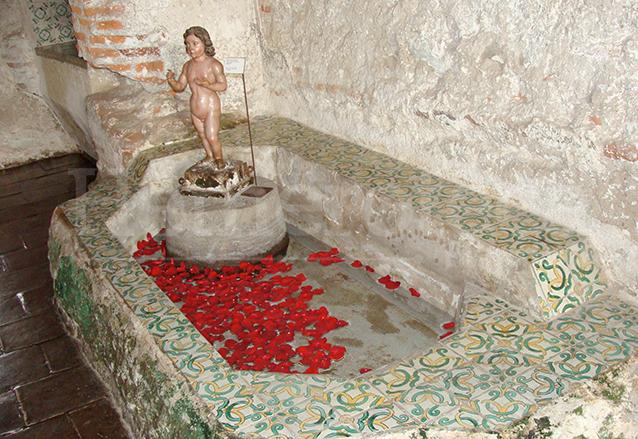 Bañera adyacente a una cocina en el Convento de Santo Domingo. (Foto: Hemeroteca PL)