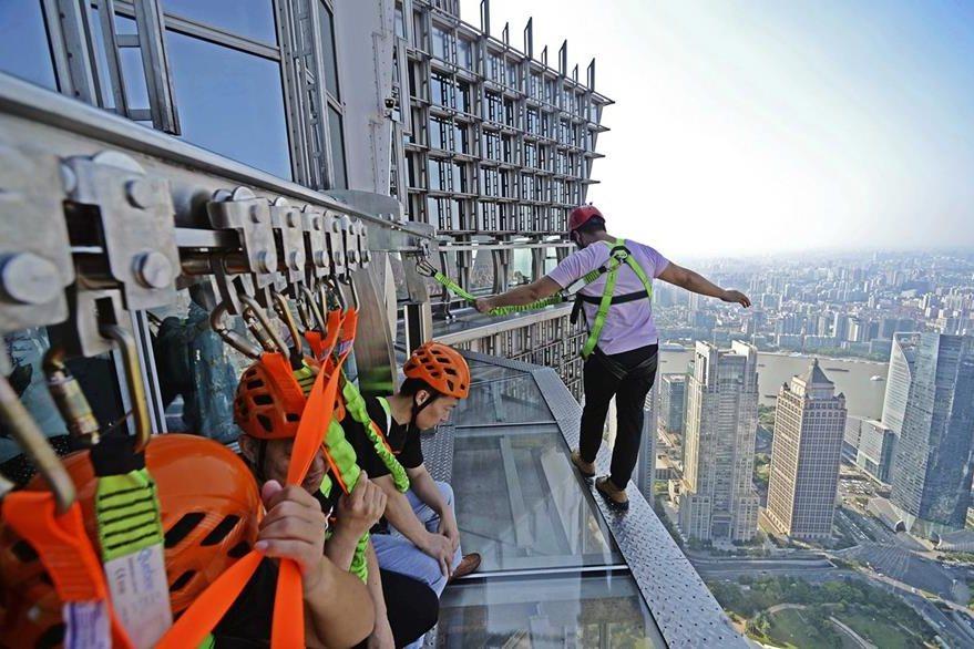 La pasarela acristalada atrae a los amantes de las emociones fuertes. (Foto Prensa Libre: EFE).