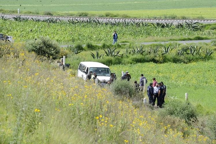 Forenses trabajan en el lugar donde fueron encontrados varios cuerpos, en México. (Foto: EFE)