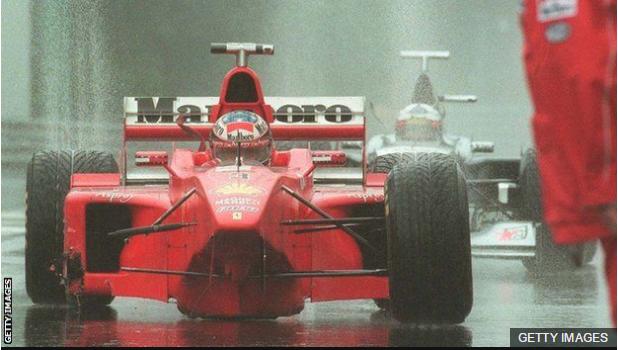 El Ferrari del alemán Michael Schumacher, sin una rueda, es seguido por el McLaren de Coulthard.