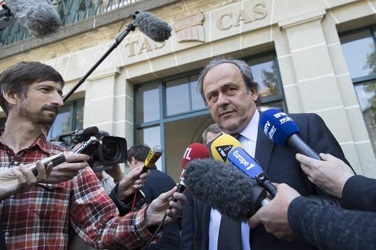 El francés Michel Platini (dcha), expresidente de la UEFA, atiende a los medios a la salida de la audiencia que el Tribunal de Arbitraje Deportivo (TAS). (Foto Prensa Libre: EFE)
