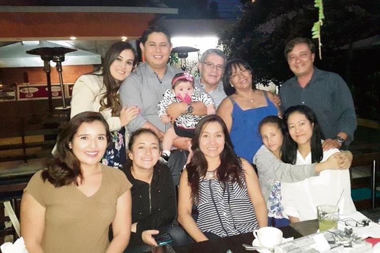 Susana López —al centro— es una de los miles de casos de personas nacidas un 29 de febrero; ella celebra junto a su familia el último día del mes —28— y el primero de marzo.