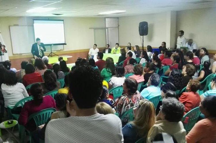 Vecinos y autoridades dialogaron sobre el proyecto en la zona 21. (Foto Prensa Libre: Edwin Pitán)