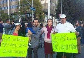 Una familia protesta frente a la sede del Departamento de Seguridad Nacional de Los Ángeles. (Foto Prensa Libre: Walter Batres).