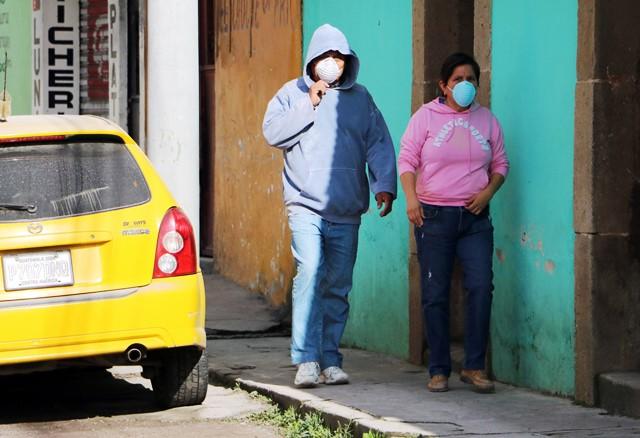 Varias personas se cubrieron el rostro para evitar enfermedades respiratorias que causa la presencia de ceniza en la ciudad. (Foto Prensa Libre: Carlos Ventura)