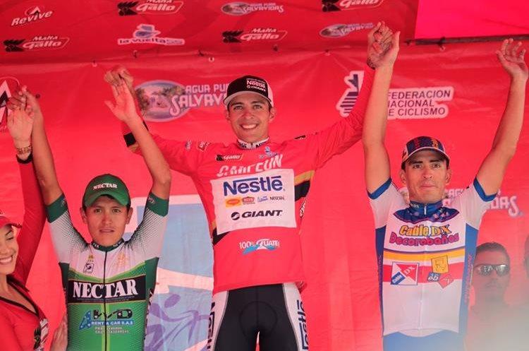 El corredor de Cable DX Decorabaños subió al podio como tercero en la clasificación general. (foto Prensa Libre: Norvin Mendoza)