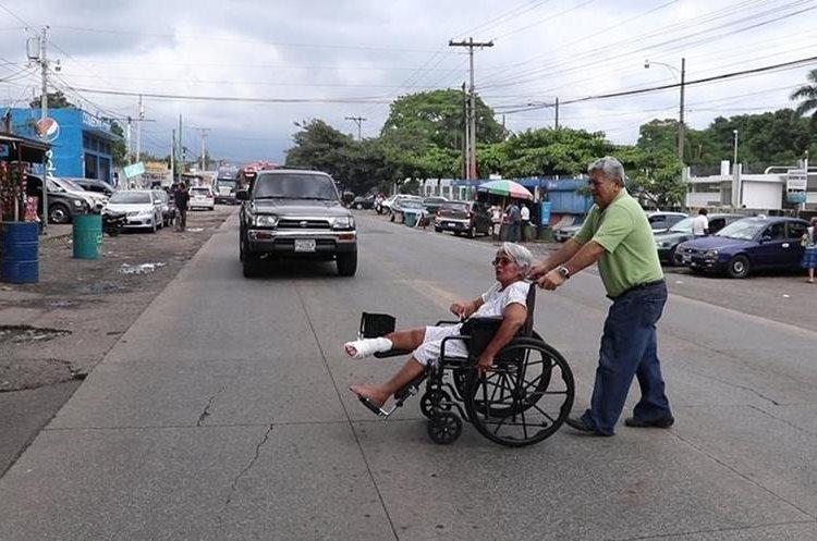 Cristi Roche acude a diario al hospital del IGSS por un padecimiento en el pie derecho. (Foto Prensa Libre: Enrique Paredes)