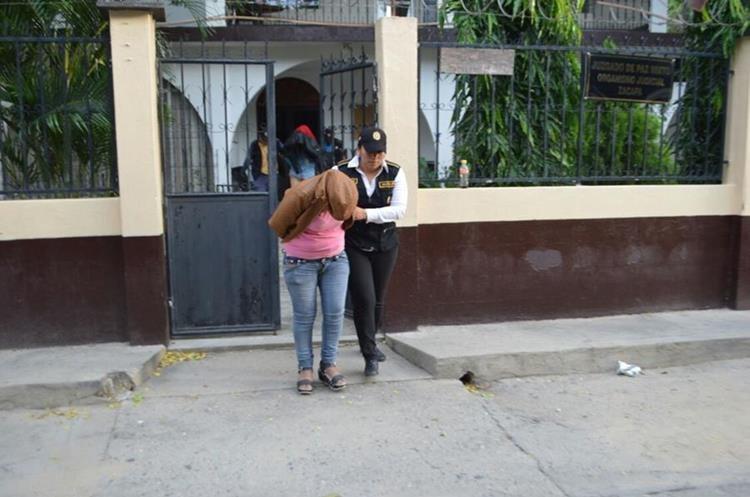 Dentro de los 8 policías detenidos se encuentra una mujer. (Foto Prensa Libre: Mario Morales)