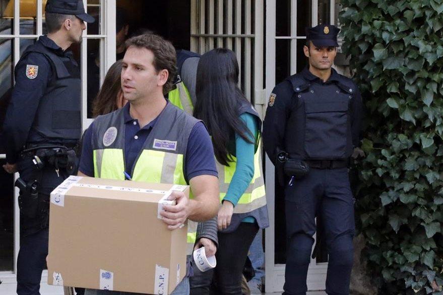 Policías sacan cajas de la residencia de Jordi Pujols con pruebas para usar en el proceso que se le sigue. (Foto Prensa Libre: AFP).