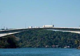 El paso de vehículos de carga pesada de más de 40 toneladas, daña el puente sobre el río Dulce. (Foto Prensa Libre: Dony Stewart)