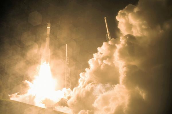 Fotografía de la Nasa, que muestra el lanzamiento del cohete Atlas V, desde el centro espacial Cabo Cañaveral en Florida, E.E. U.U; cuya misión a un costo de 1.100 millones de dólares, es estudiar la interacción del campo magnético de la Tierra con el de otros cuerpos celestes, como el Sol. Foto Prensa Libre: EFE