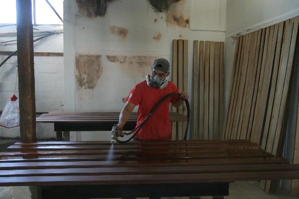 Un carpintero barniza madera. En  Latinoamérica  las tasas de empleo fueron aceptables en el 2012 a  pesar a la crisis mundial, según la OIT.