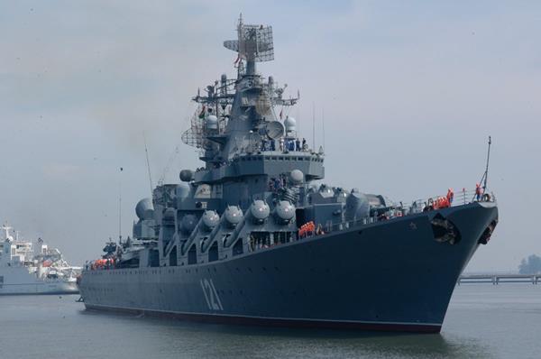 El destructor Moskvá, el buque insignia de la Armada rusa participa en los ejercicios navales.