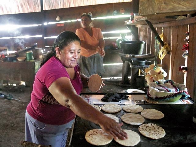 Una  vecina de San José Las Flores, Melchor de Mencos,  vende tortillas para  sobrevivir. (Foto Prensa Libre: EFE)