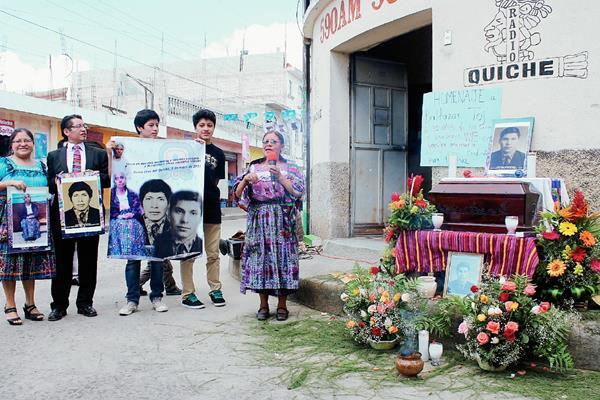 Familiares de Baltazar Toj , secuestrado y asesinado en 1980, en Santa Cruz del Quiché, frente a un altar en su honor. (Foto Prensa Libre: Óscar Figueroa)