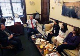 La familia Orellana, originaria de Bolivia, se reunió con el senador demócrata de Virginia, Tim Kaine.(AFP).