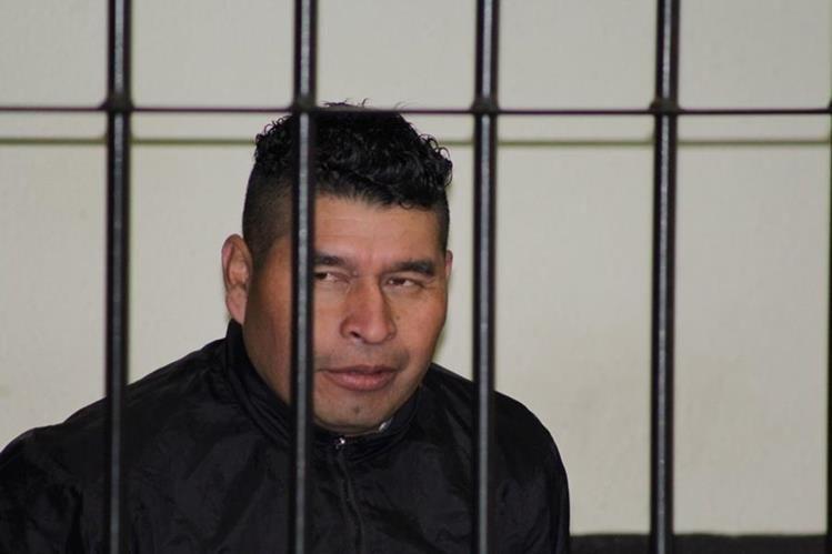 Sindicado de crimen escucha dictamen de juez en el Tribunal Segundo de Sentencia Penal de Quetzaltenango. (Foto Prensa Libre: María José Longo)
