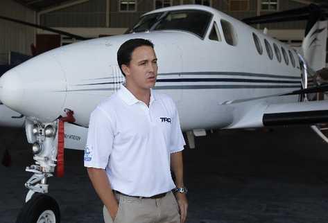 jonathan Layton, presidente de TAG, muestra el interior de un avión usado para vuelos privados.