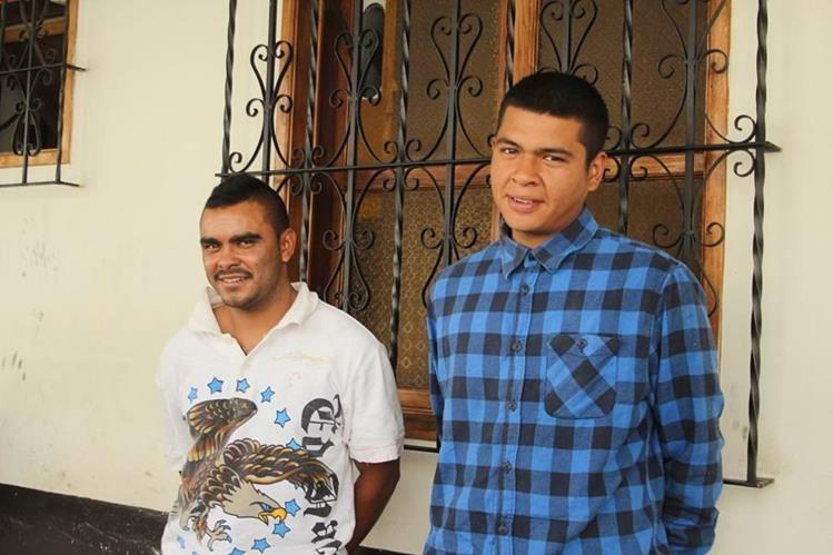 Los dos sindicados de haber asaltado a una extranjera en Antigua Guatemala. (Foto Prensa Libre: Miguel López).
