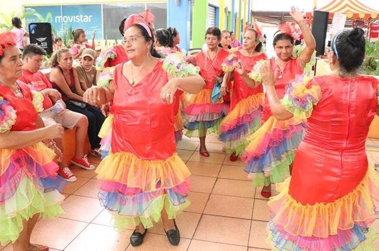 Madres de la tercera edad realizaron bailes para celebrar su día(Prensa Libre: Cristian Icó)