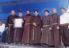 Frailes Capuchinos  reciben galardón otorgado por la Municipalidad de Chiquimula. (Foto Prensa Libre: Edwin Paxtor)