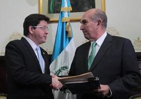 Julio Héctor Estrada, ministro de Finanzas, al momento de entregar el proyecto de presupuesto 2017 a Mario Taracena, presidente del Congreso. (Foto Prensa Libre: Hemeroteca PL)