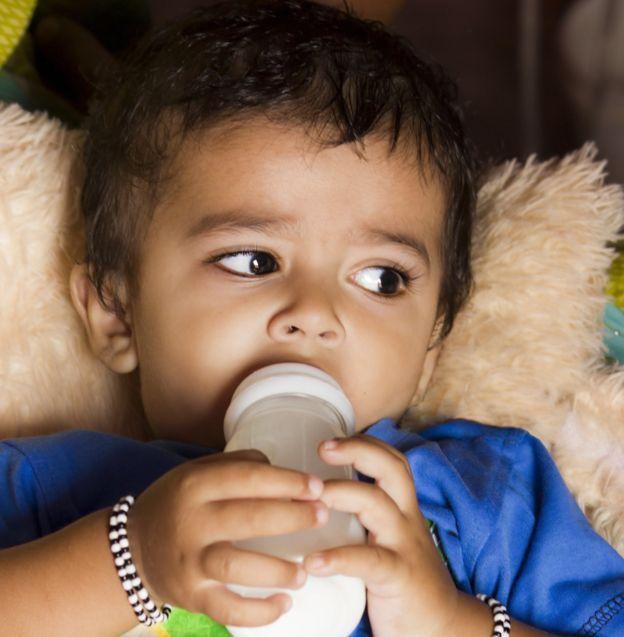 Niño con biberón en la mano.Image copyrightREX FEATURES Image caption Los estudios con datos de la hambruna permiten una observación sin precedentes de los efectos que tiene la nutrición prenatal y de la niñez en la salud general. REX FEATURES