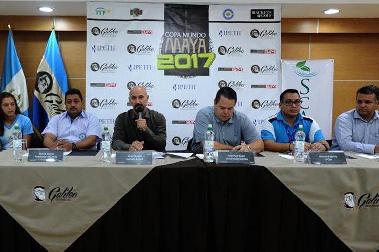 Organizadores de la Copa Mundo Maya, captados este martes durante el anuncio oficial del referido torneo. (Foto Prensa Libre: Francisco Sánchez).