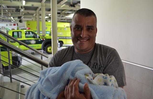 Henry Álvarez, quien es padre primerizo, sostiene en brazos a su hijo. (Foto Prensa Libre: CBM)