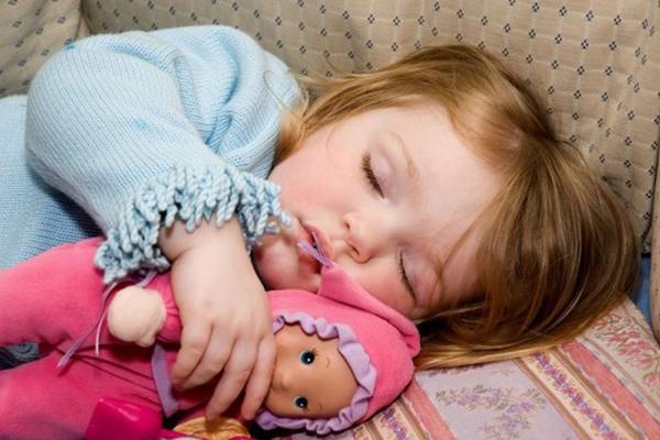 """<p>Los niños deben dormir al menos 10 horas al día para tener un buen crecimiento físico y mental. <br _mce_bogus=""""1""""></p>"""
