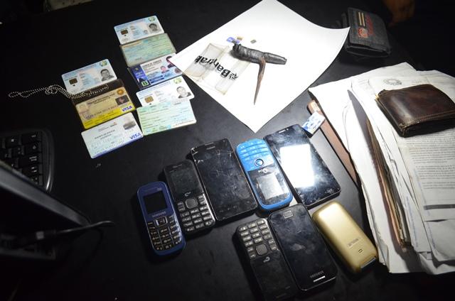 Parte de lo incautado por la PNC a las personas que supuestamente integran una banda de robacarros. (Foto Prensa Libre: Jorge Tizol)
