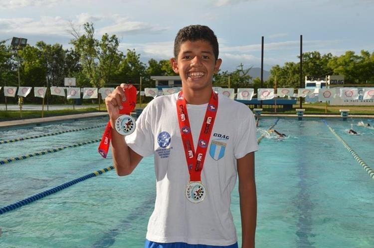 El joven obtuvo dos medallas de oro en los recién pasados Juegos Centroamericanos y del Caribe realizados en Trinidad y Tobago. (Foto Prensa Libre: Mario Morales)