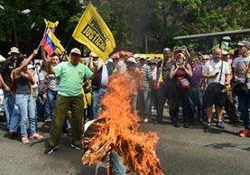 Comienzo de las protestas de opositores en una localidad de Caracas. (Foto Prensa Libre: AFP)