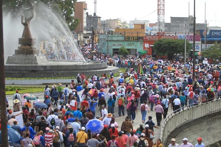 Maestros ingresan a la 7a. avenida de la zona 1, en una manifestación contra el gobierno de Jimmy Morales. (Foto Prensa Libre: Esbin García)