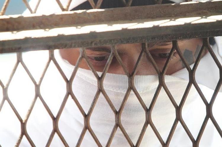 Reclusos se cubrían el rostro para no ser identificados durante disturbios en correccional Etapa 2. (Foto HemerotecaPL)