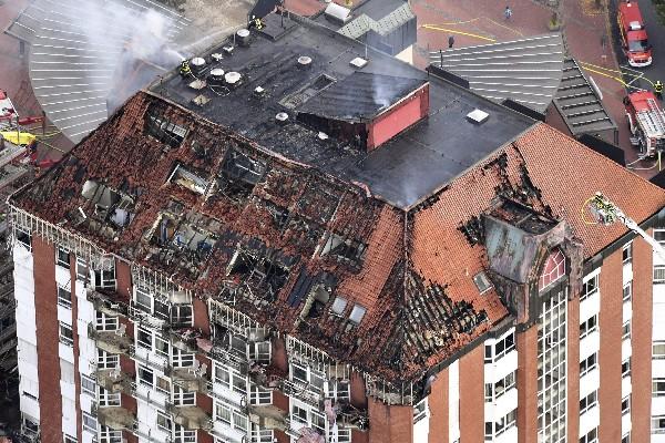 Los bomberos tratan de sofocar el incendio en el hospital Bergmannsheil en Bochum,Alemania.(AFP).