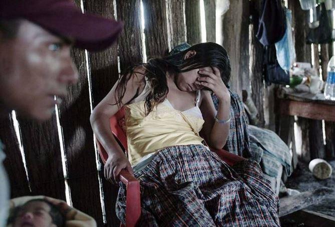 Alicia tuvo a su hija a los 13 años, Jaime su esposo sostiene a la bebé. (Foto Prensa Libre: Linda Forsell)