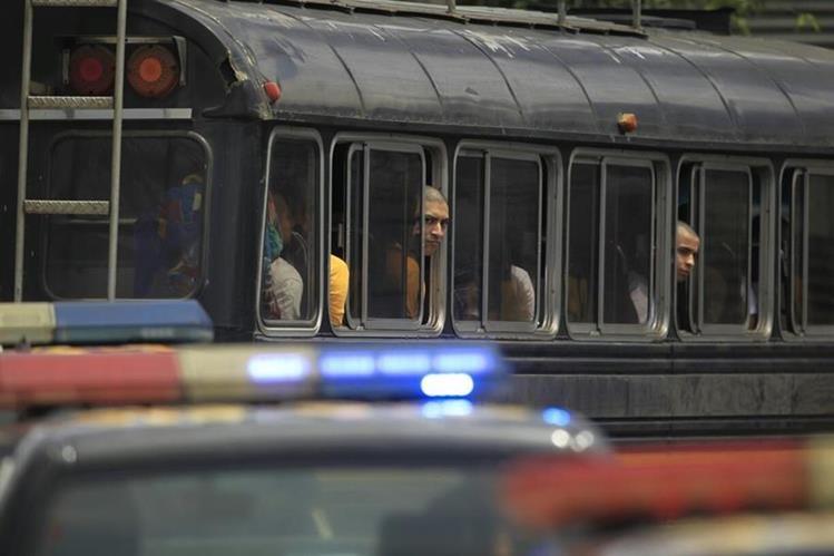 Trasladan a 44 internos de correccional Gaviotas a Torre de Tribunales. (Foto Prensa Libre: Carlos Hernández)