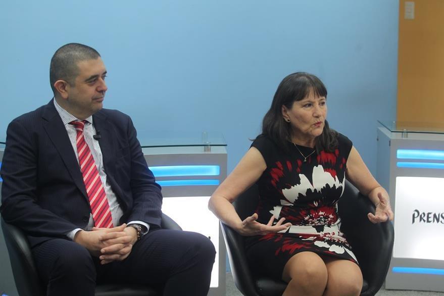 Rafael López y Floridalma Correa explican que el lenguaje no verbal es fundamental para  conocer la conducta humana. (Foto Prensa Libre, Óscar Rivas)