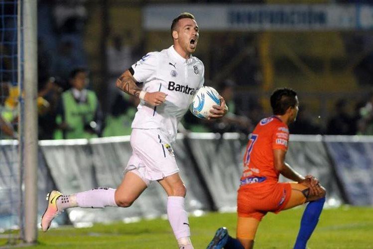 Emiliano López dio esperanza a los albos tras anotar el gol que significó el empate. (Foto Prensa Libre: Jeniffer Gómez)