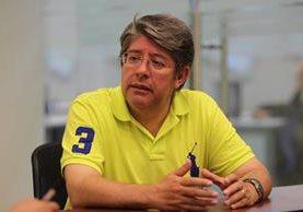 Rolando Torres, director del Instituto de Investigaciones de Ingeniería Matemática y ciencia físicas, en entrevista sobre la situación en que se encuentra el puente Belice ubicado en el Atlántico. (Foto Prensa Libre: Érick Ávila)