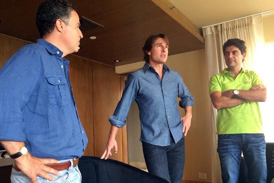 Tom Cruise durante una reunión con el alcalde de Medellín Aníbal Gaviria y el presidente de la junta de la Comisión Fílmica Juan Camilo Quintero. (Foto Prensa Libre: EFE)