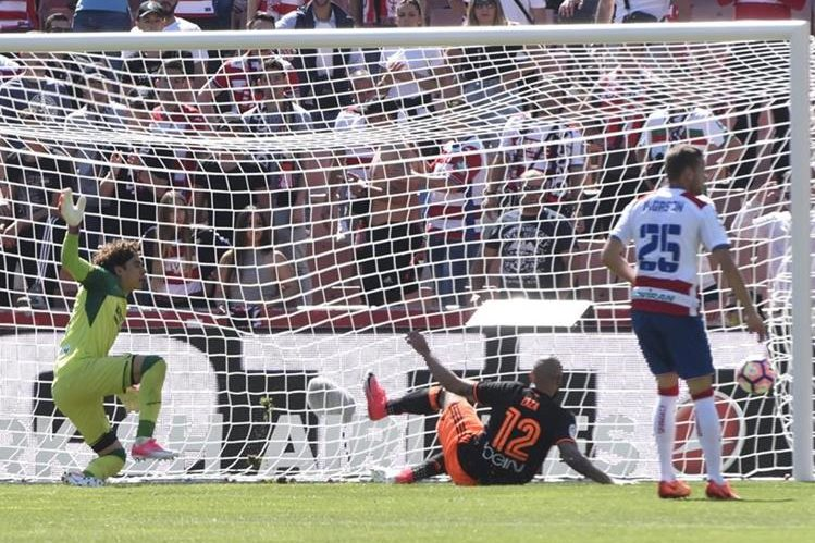 El delantero italiano del Valencia Simone Zaza (d) vence la resistencia del portero del Granada, el mnexicano Guillermo Ochoa (Foto Prensa Libre: EFE)