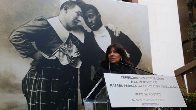 Casi un siglo después de su muerte, la figura de Rafael se vuelve a reivindicar. La alcaldesa de París, Anne Hidalgo, rinde homenaje a Foottit y Chocolat, durante una ceremonia conmemorativa. GETTY IMAGES