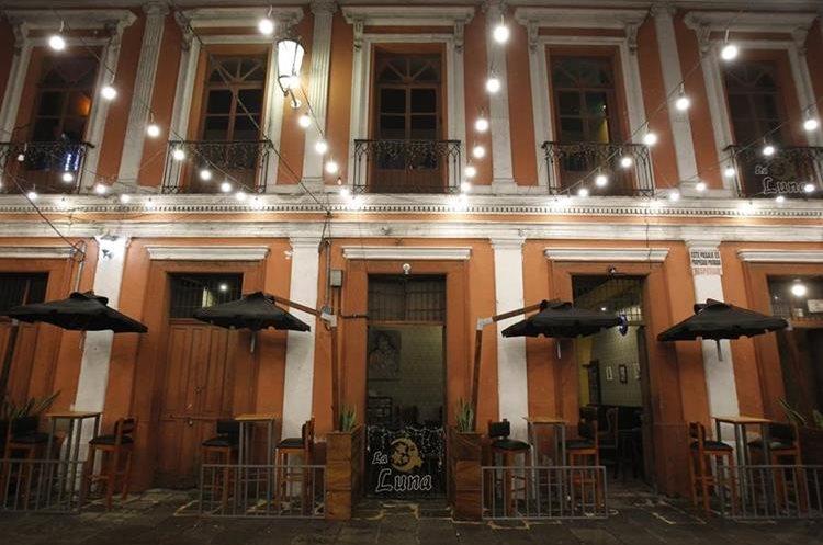 El bar La Luna para los amantes de la trova cumplió 10 años. (Foto Prensa Libre: Paulo Raquec)
