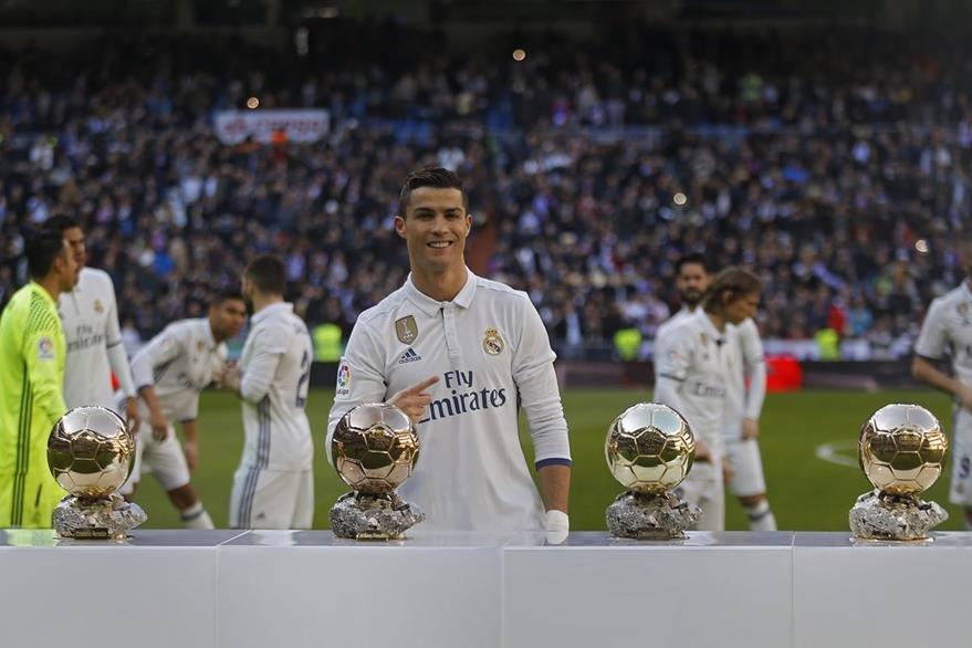 Cristiano presentó su cuarto Balón de Oro en el Santiago Bernabéu. (Foto Prensa Libre: AP)