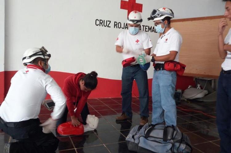 Técnica de resucitación aprenden las personas en los cursos. (Foto Prensa Libre: Cortesía Cruz Roja)