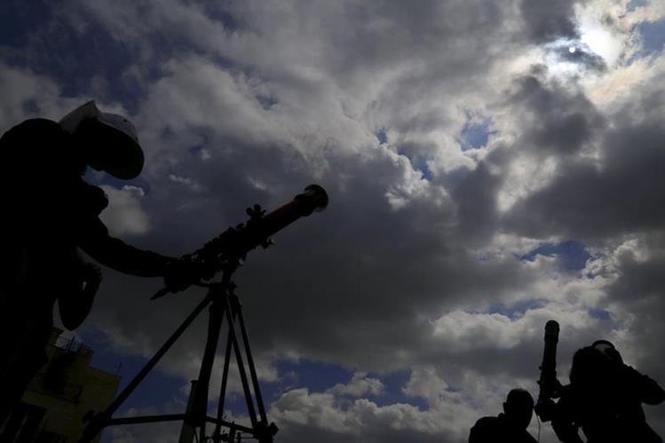 Las autoridades recomiendan tomar medidas de seguridad para observar el eclipse, que en Guatemala será parcial. (Foto Prensa Libre: AP)